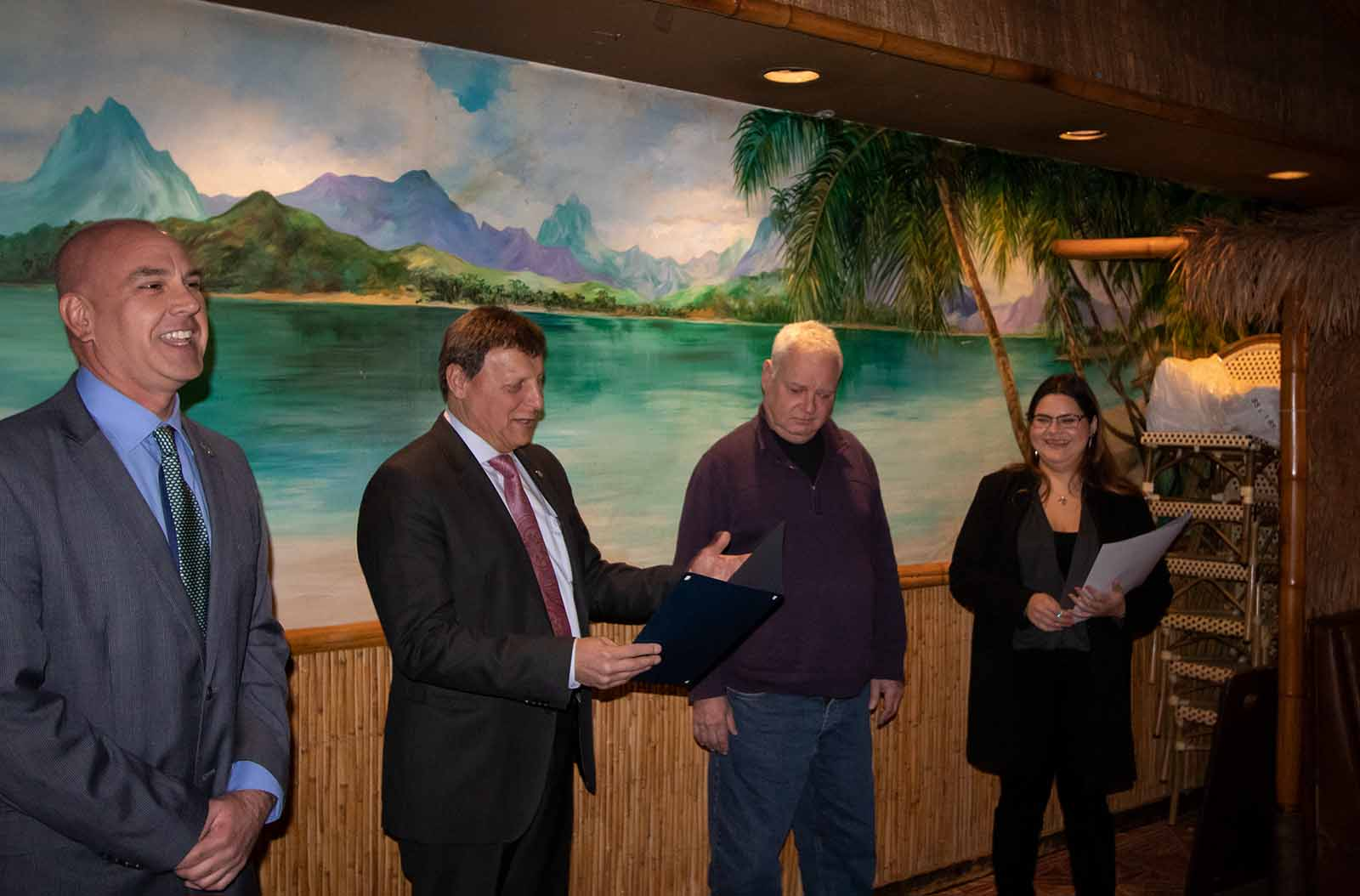 Glendale Homeowners Coordinating Council gives award to Bill Nicholl in abestenia.
